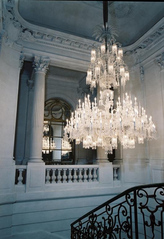 Le lustre monumental de lescalier du 11 place des etats unis à paris ce lustre de plus de deux tonnes comporte pas moins de 157 lumières différentes