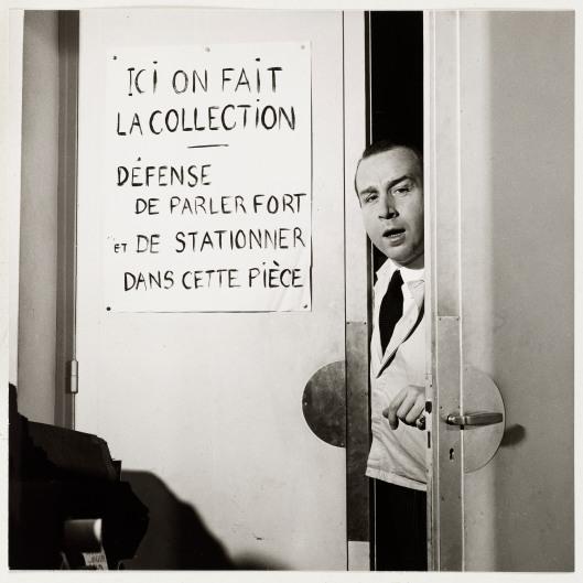 Antonio Castillo pseudonyme de Canovas del Castillo del Rey (1908-1984). Couturier. Dessinateur chez Chanel, R. Piguet et Paquin, puis directeur artistique de la maison Jeanne Lanvin à Paris jusqu'en 1962. Ouvre sa propre maison de couture en 1964. En pied, dans l'embrasure d'une porte, chez Lanvin